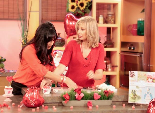 Patricia Arribálzaga preparando cupcakes con Karla Martinez de Despierta América