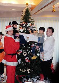 「ドナルド・マクドナルド・ハウスせたがや」を訪れ、子どもたちとクリスマスツリーの飾り付けを行う阿部(右)と中井