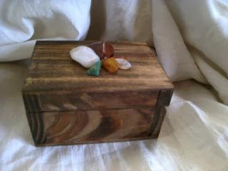 cajita de madera artesanalmente decorada