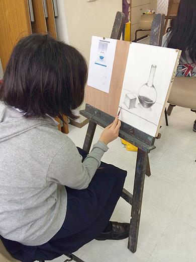 横浜美術学院の中学生教室 美術クラブ 新年度スタート課題「ある場所に置かれた立方体」授業風景3