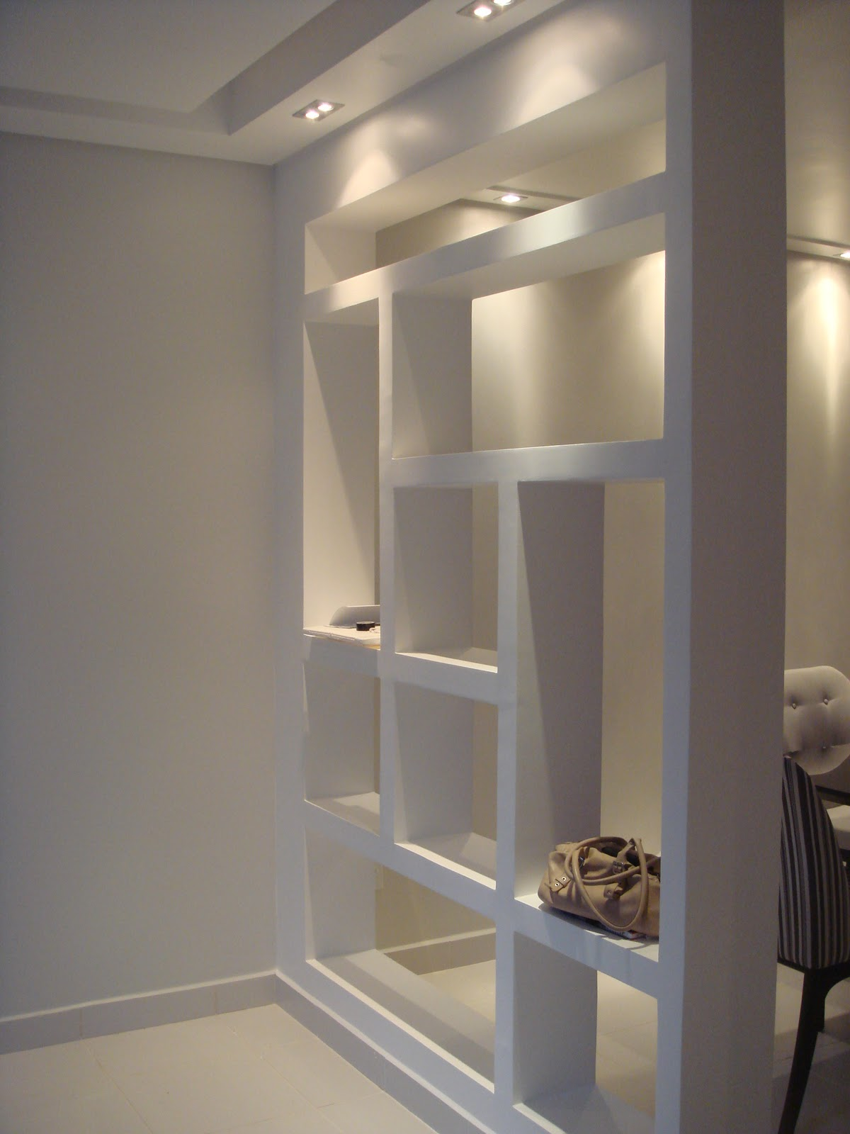estante de gesso que separa as salas de estar e jantar  #927039 1200x1600 Balcao Banheiro Artesanal