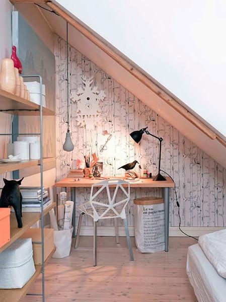 Mesa despacho bajo una escalera