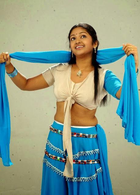 Mithra Kurian looks Beautiful in saree Cute Malyalam Beauty