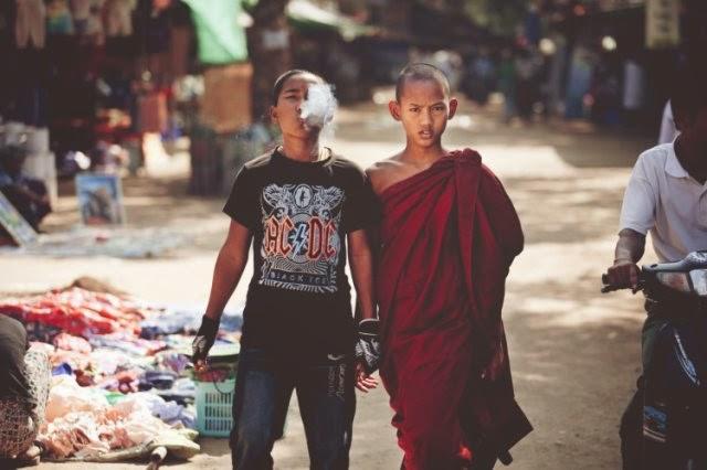 Un joven monje tibetano y su hermano