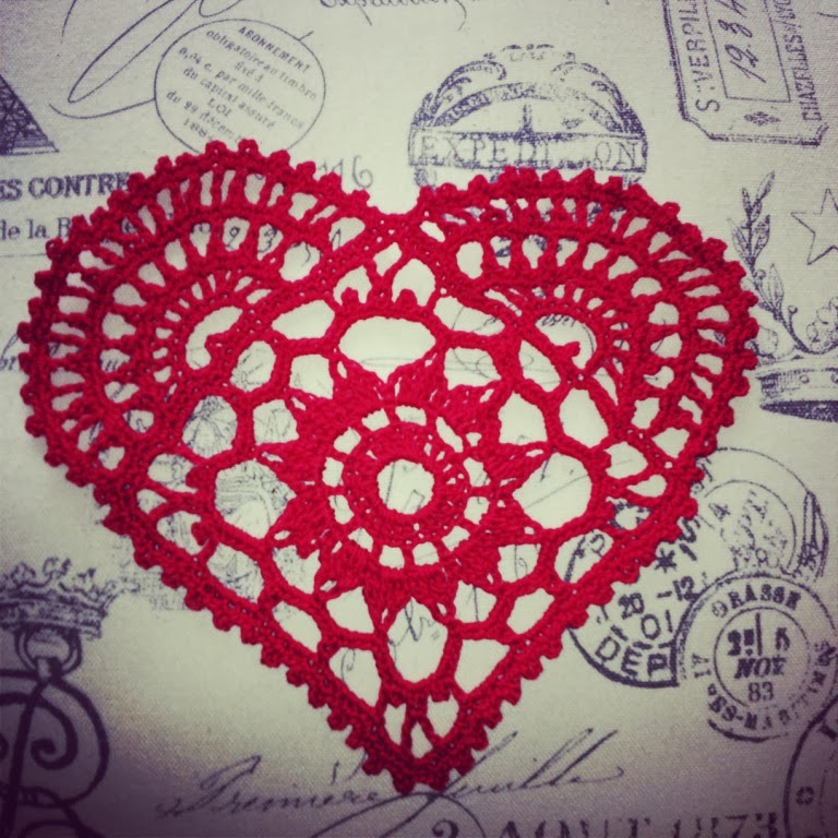 These hearts I crocheted, not thinking of them succeed. Everything came out by itself. First red napkins tied - hearts. One embroidered with beads, suggesting rosettes.   Эти сердечки я связала крючком, не думая, что из них получится. Все вышло само собой. Сначала связала красные салфетки- сердечки. Одно вышила бисером, предполагая розочки.
