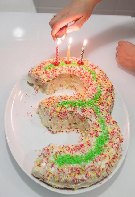 Encendiendo las tres velas del tercer cumpleaños
