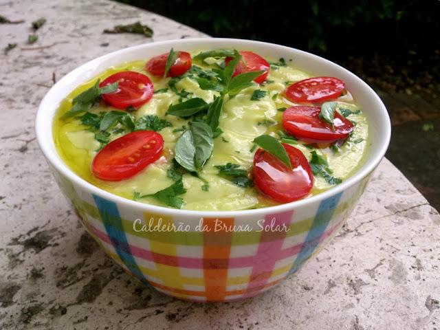 Sopa gelada de abacate com tomatinhos e ervas