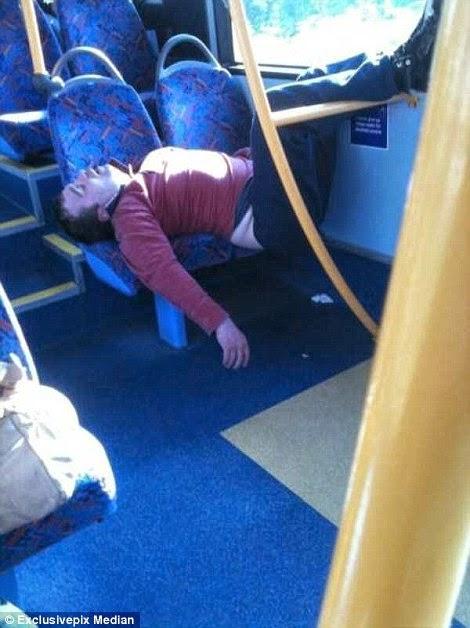 ينام على كراسي الحافلة 2