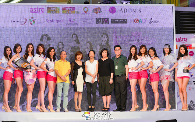 Miss Astro Chinese International Pageant 2013 Top 10 group photo with the sponsors