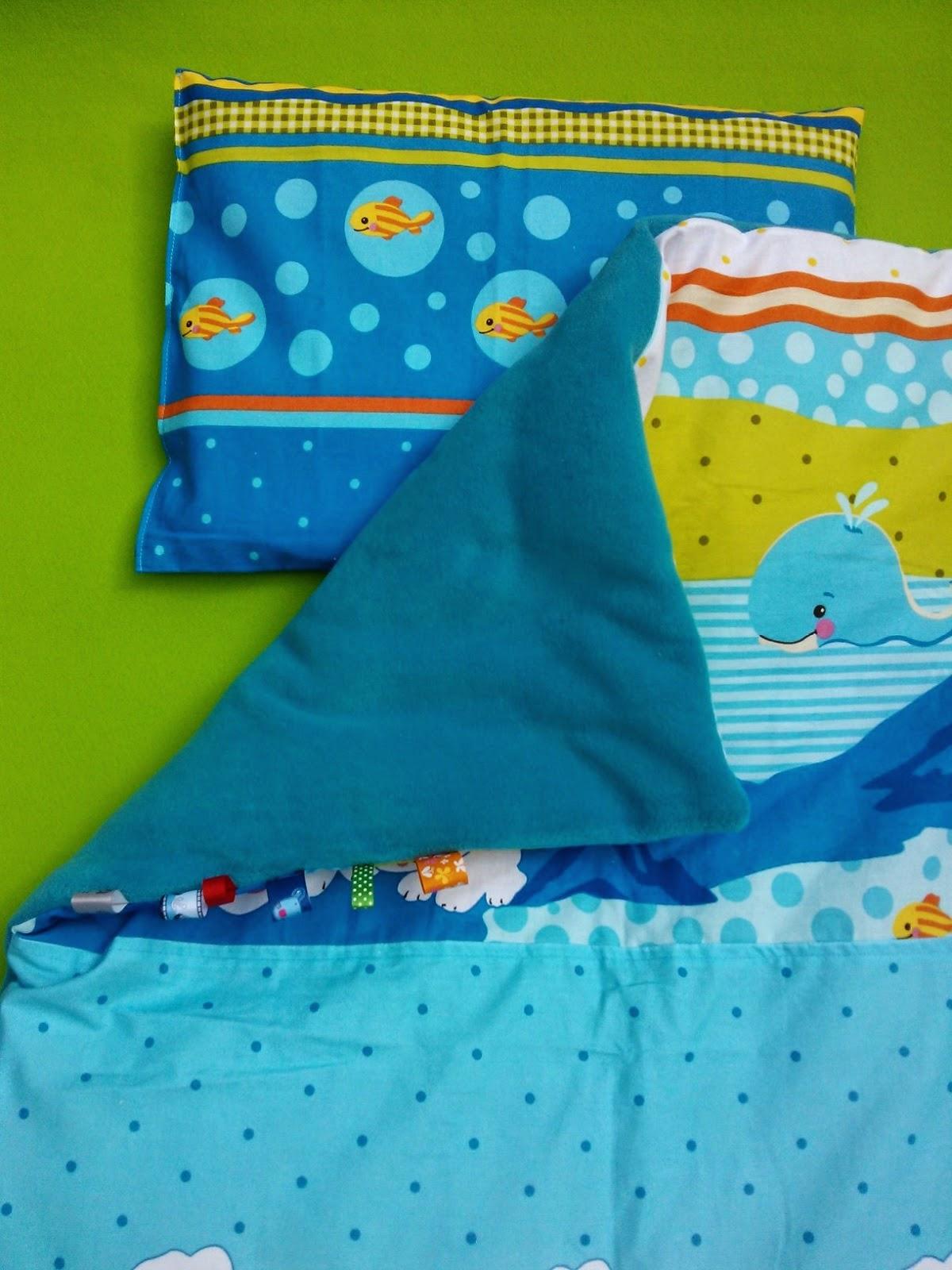 Dzisiejsza wyprawka dla małego dziecka to wersja dla chłopca. Ten zestaw posiada poduszkę z kolorowej bawełny i kołderkę/kocyk podszytą turkusowym, grubym polarem, która ma wszyte kolorowe metki pa bokach.   Włóknika silikonowa wykorzystana do uszycia całego zestawu jest bardzo miękka, puszysta i przez długi czas zachowuje sprężystość. Wypełniacz posiada również właściwości antyalergiczne, jest przewiewna, nie chłonie wilgoci i jest bezwonna.   wymiary kołderki/kocyka:   szerokość - 80cm  wysokość - 100cm  wymiary podusi:  szerokość - 48cm  wysokość - 35cm