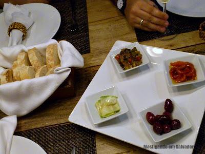 Speciali Pizza Bar: entrada Mediterrâneo e cesta de Pão Ciabatta