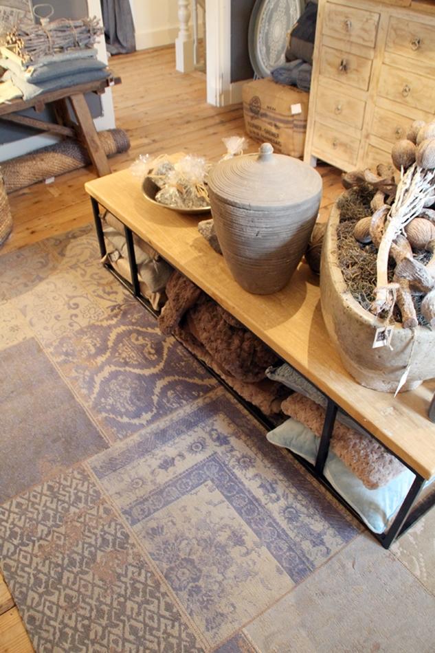 gemusterter Teppich unter einer Holzbank (Tisch) in beige grau blau