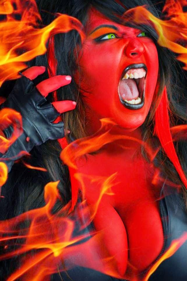 alychu en cosplay red she-hulk avec effet de flamme sur l'image