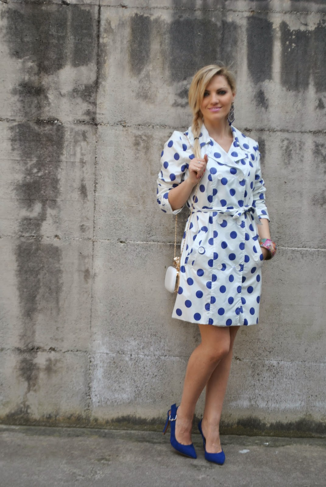 outfit trench trench a pois outfit blu outfit bianco mariafelicia magno colorblock by felym mariafelicia magno fashion blogger come abbinare la stampa pois come abbinare le scarpe blu come abbinare la borsa bianca outfit bianco e blu come abbinare il trench how to wear trench polka dots fattori abbigliamento fattori maurizio fattori come indossare il trench acconciatura treccia laterale fashion blogger italiane ragazze bionde blonde hair blonde girl fashion bloggers italy how to wear white bag how to wear polka dots how to wear blue heels
