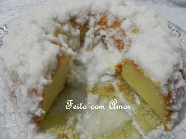 Bate tudo no liquidificador, fica um bolo leve, suave, úmido e fácil de fazer.