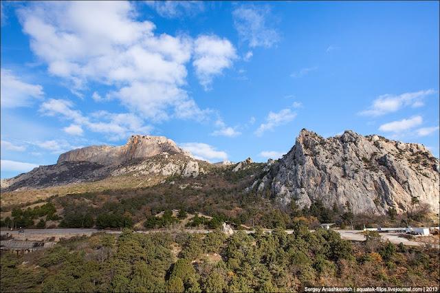 Гора Ильяс-Кая и скала Сарыч