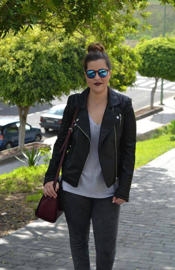 look_cazadora_negra_bolso_burdeos_zapatos_purpurina_lolalolailo_05