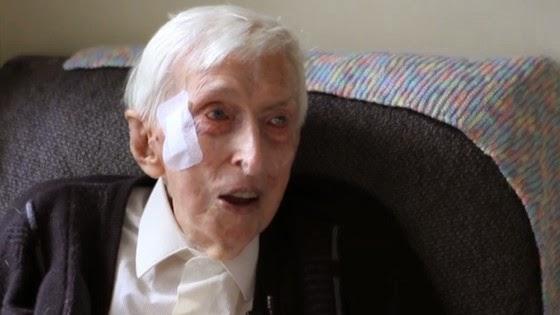 A história do senhor de 109 anos que tricotou casacos de lã para salvar pinguins