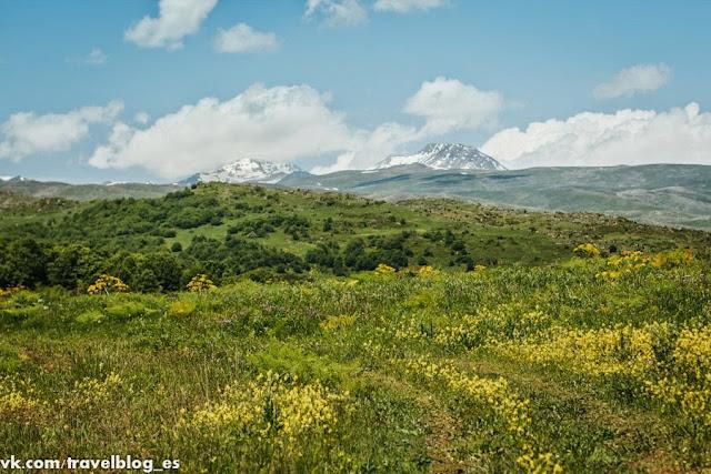 У подножья горы Арагац: заснеженные вершины