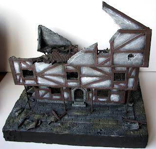Makieta do gry bitewnej Mordheim, ruiny budynku w stylu muru pruskiego