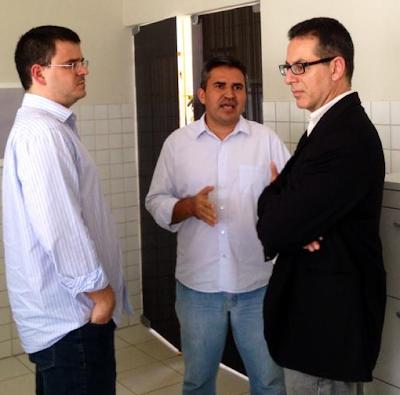 Raimundo Peres (centro) recebendo a visita do Juiz Cristiano Simas (esquerda) e do presidente da associação dos magistrados, Gervásio Protásio (direita) no período em que foi diretor do CDP Chapadinha. Na época, Gervásio Protásio classificou a administração da unidade prisional de Chapadinha de Impecável.