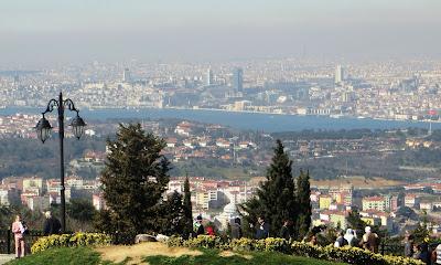 Стамбул, как и Киев, расположен на семи холмах. Но если в Киеве в марте возможны снежные вьюги, в бывшей столице Турции в эту пору весеннее буйство.