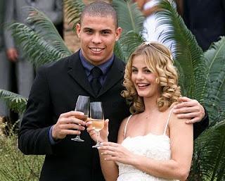 Primeira mulher de Ronaldo, Milene Domingues é mãe do primeiro filho do jogador: Ronald, hoje com 15 anos  Ronaldo e Milene foram casados durante quatro anos — de 1999 a 2003 — e, por muito tempo, a moça se tornou bastante famosa pelo relacionamento com o Fenômeno .