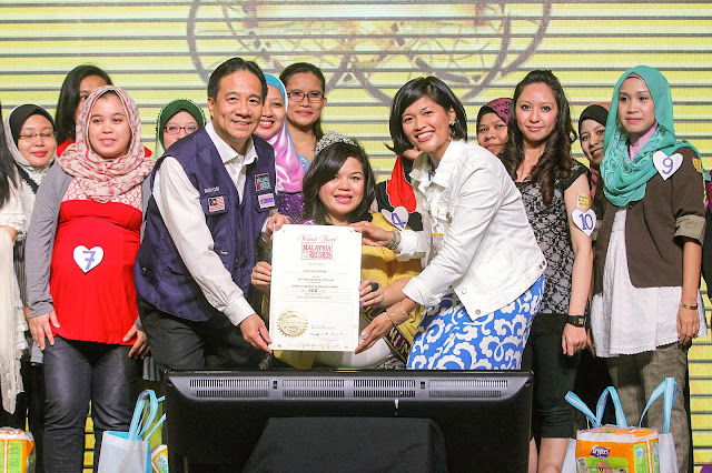 Bella Bundle of Joy - Datuk Danny Ooi, Founder & Managing Director of Malaysia Book of Records & Airin Zainul, GGM of ntv7 & 8TV