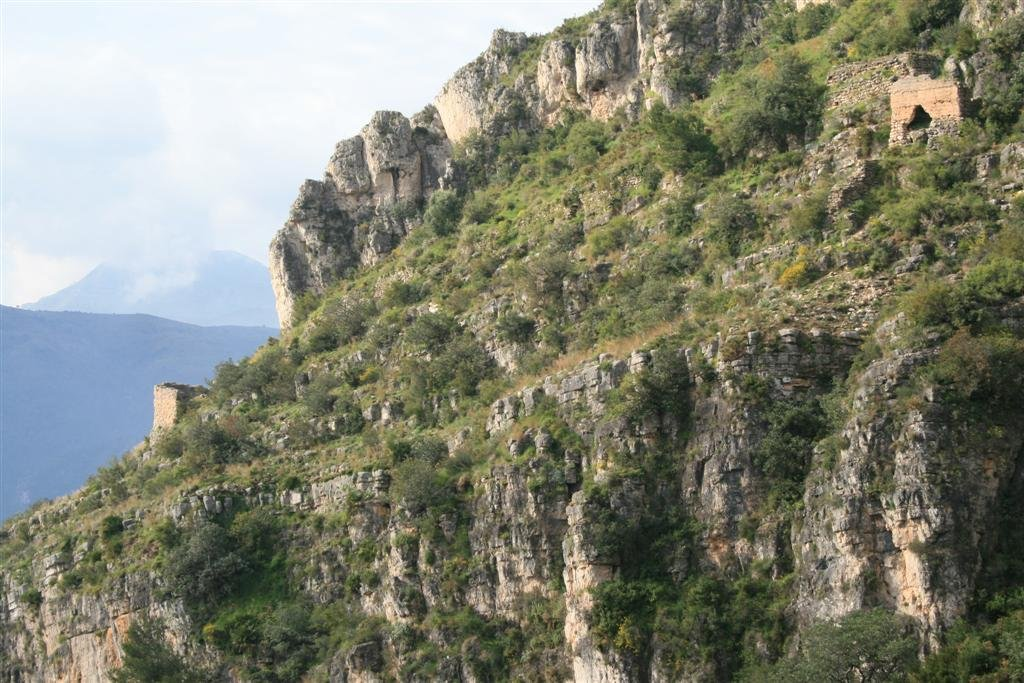 El castell de Tavernes o Castellets o d'Alfàndec des del sender de les Creus