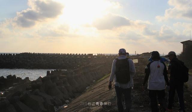 走上海堤,享受著海風的吹拂。
