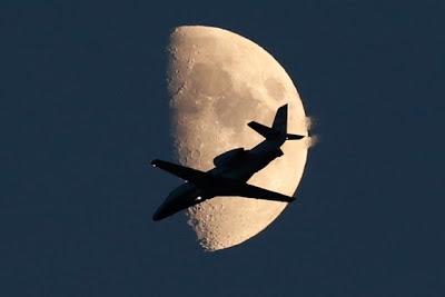 Foto de Avión pasando frente a la luna