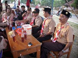Kak Nur Iksan (tampak paling kanan)