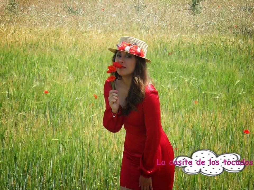 canotier en color natural con flores combinado con vestido rojo