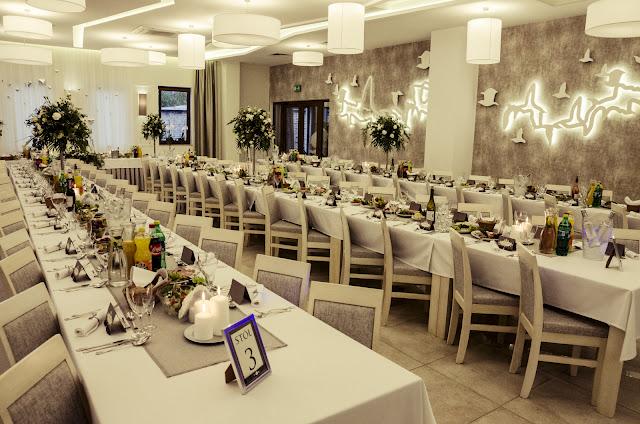 Szare ozdoby stołów weselnych.