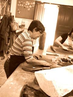 Marisa modelando Argila do atelier 507
