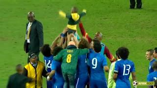 Un enfant sud-africain porté en triomphe par Neymar