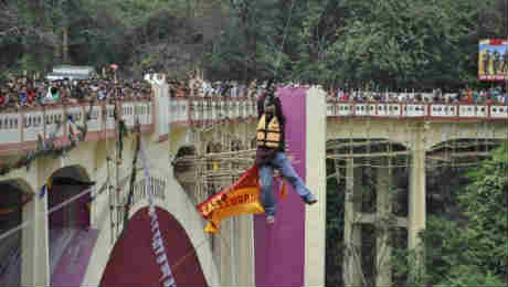 indian stuntman sailendra nath roy dies trying to cross a river on a zip wire using his ponytail கின்னஸ் சாதனைக்காக முயன்று தன் உயிரை இழந்த பரிதாப மனிதர் சைலேந்திர ராய்