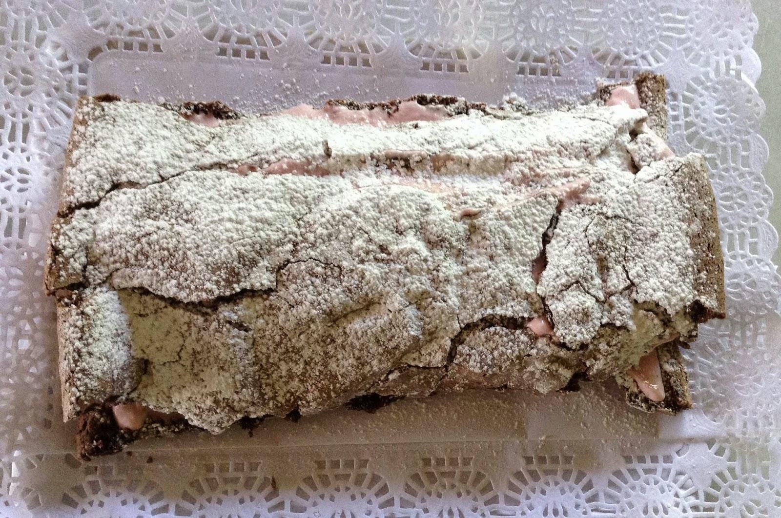 Tronco de merengue relleno de crema de fresas, receta