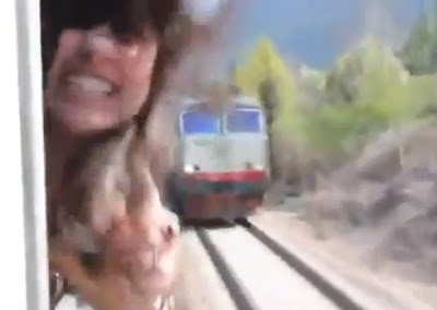 video de chica que se salva de ser decapitada por un tren