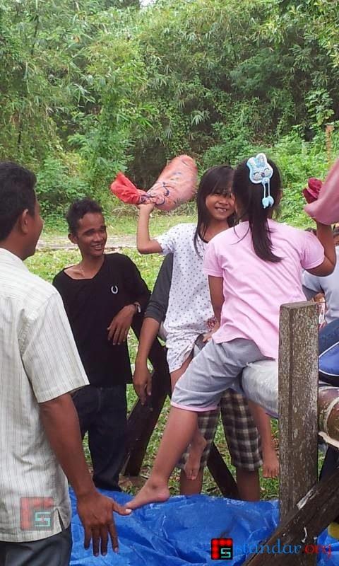 Serunya Pukul-Pukulan Bantal di Gunung Balikpapan - 17 Agustus 2013-3