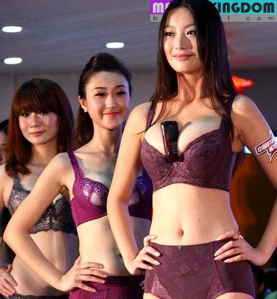 Foto Hot: Kontes Menjepit HP Dengan Payudara Para Model Lingerie