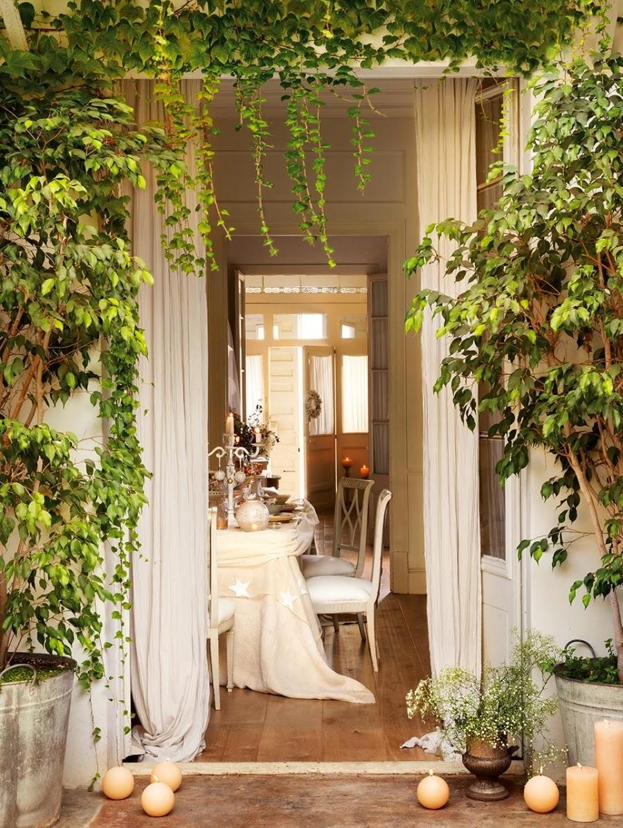 wystrój wnętrz, home decor, wnętrza, urządzanie mieszkania, styl francuski, Boże Narodzenie, Święta, zima, ozdoby świąteczne, styl francuski, białe wnętrza, biel, styl skandynawski, złote akcenty, choinka, jadalnia