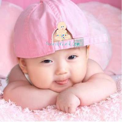 Pembe şapkalı asyalı bebek