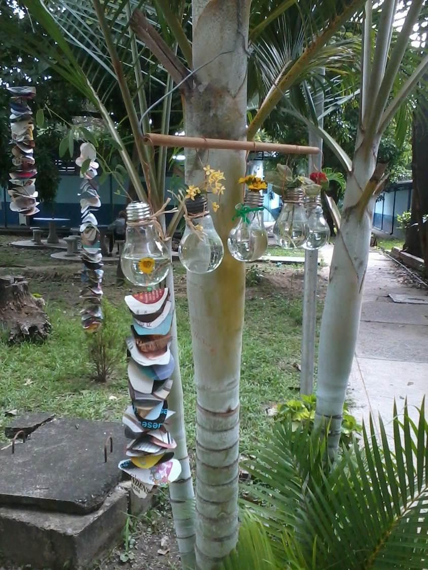 Vida a lo verde living in green adornos para colgar en for Jardines colgantes con material reciclado