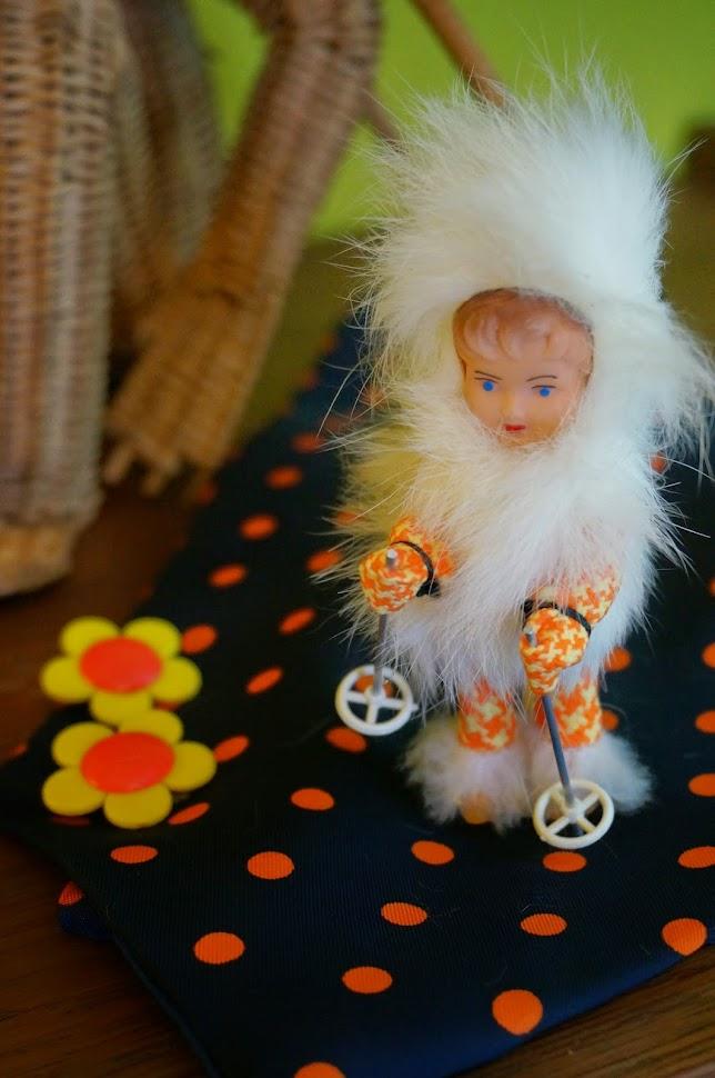 """1950 50s 1960 60s 1970 70s atomium monkey wicker purse bag handbag mid century mouse blue swallow twiggy flower orange yellow earrings skier Petite récolte à deux pas de la maison ,  et la flemme de poser des mots à foison !      Un sac en osier singe des années 50      Une hirondelle en métal     Une souris en teck     Une figurine velue de Marielle Goitschel      Un bloc note  pour noter les courses (""""Haine ! Haine ! Haine ! - LSD"""" par exemple)      Un tricot , des boucles d'oreilles et une cravate pour l' épate      Des magazines de bricolage / loisirs et des prospectus pour le tourisme Bruxellois ."""