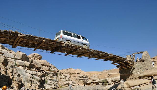 ada-kamu.blogspot.com - Jembatan Kayu Mengerikan Jadi Penghubung Provinsi di Afganistan