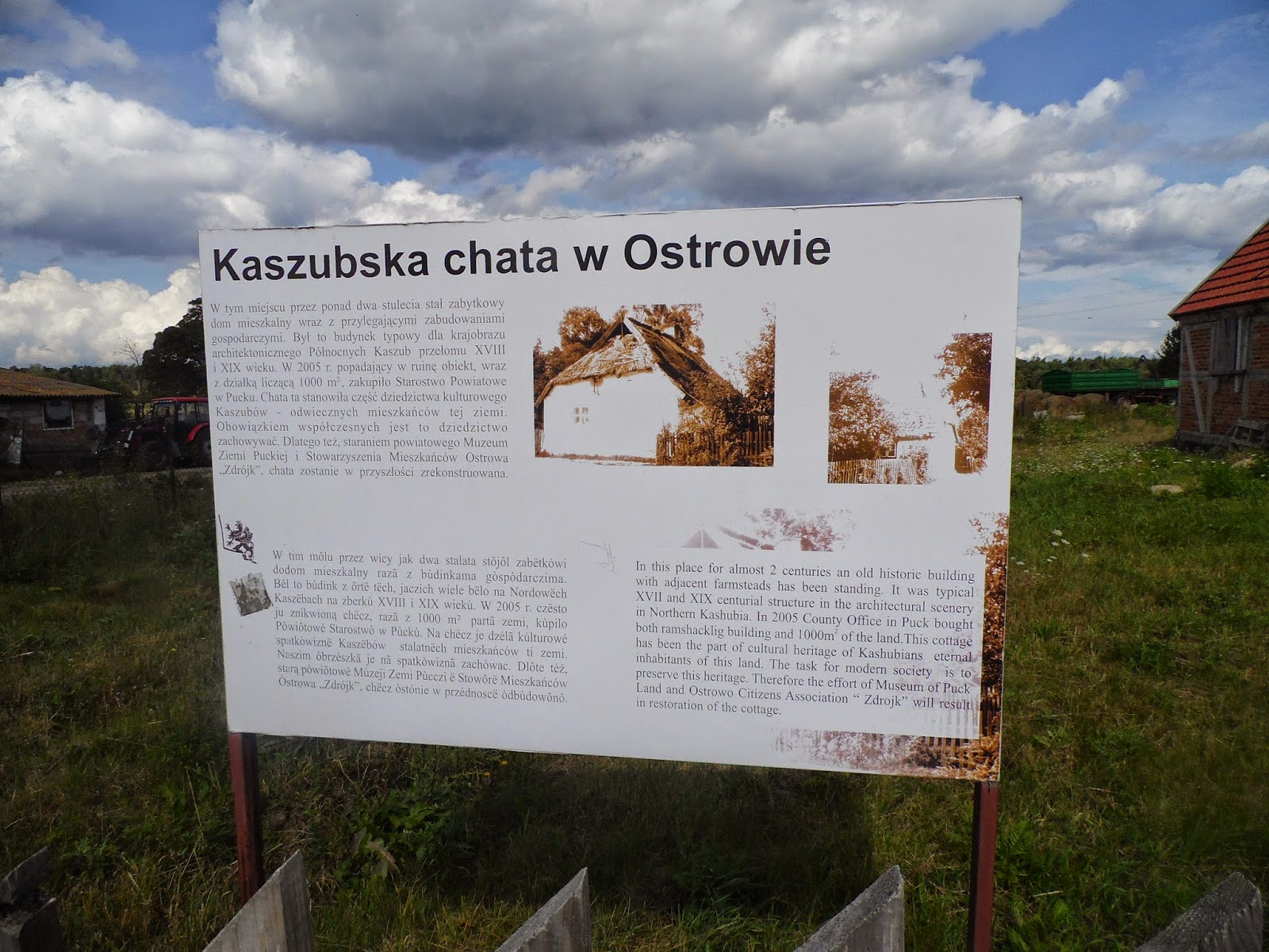 Tablica dotycząca zabytkowej kaszubskiej chaty w Ostrowie