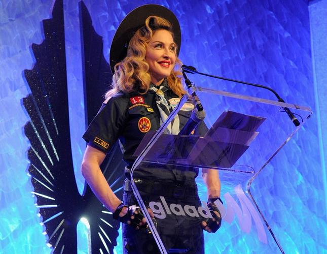 Madonna surge com look de escoteiro em premiação do Glaad Media Awards (Foto: AP)