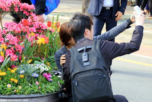 Pareja coreana tomándose foto con cámara instantánea