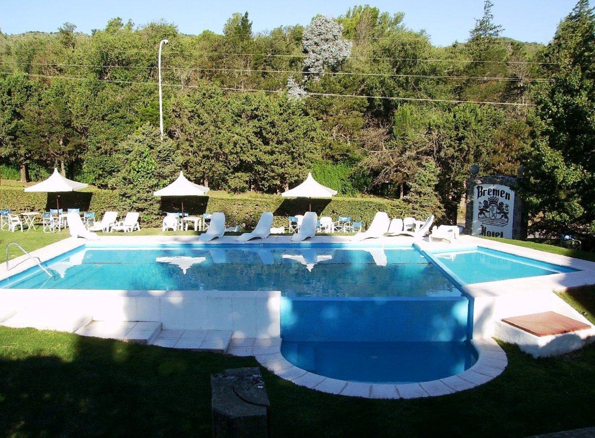 la piscina exterior consta de un solar hmedo hidromasaje y pileta para nios la piscina interior es climatizada tiene hidromasaje y un chorro cascada